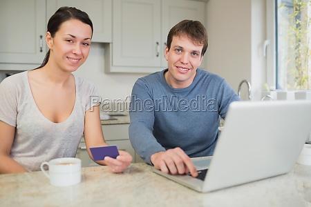 junges paar auf laptop in der