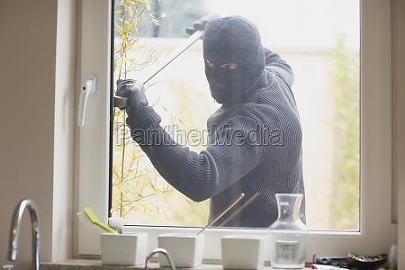 einbrecher ein kuechenfenster mit einem crobar