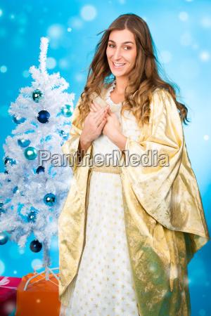 christkind vor weihnachtsbaum an weihnachten