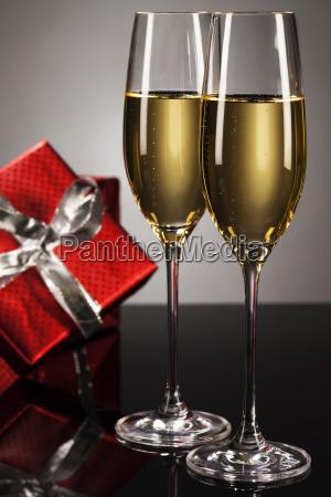 zwei glaeser mit champagner vor rotem