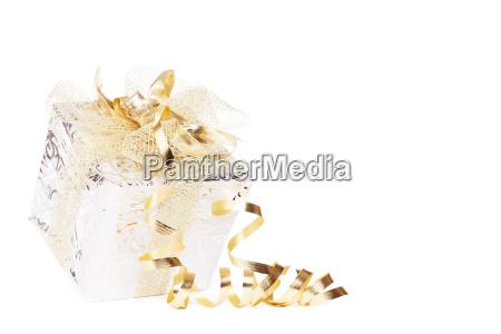 schoenes silbernes weihnachtsgeschenk mit goldenen schleifen