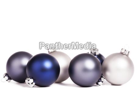 blaue und silberne christbaumkugeln