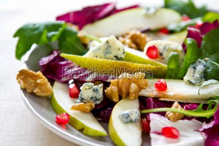 birne mit granatapfel radicchio und blauschimmelkaesesalat