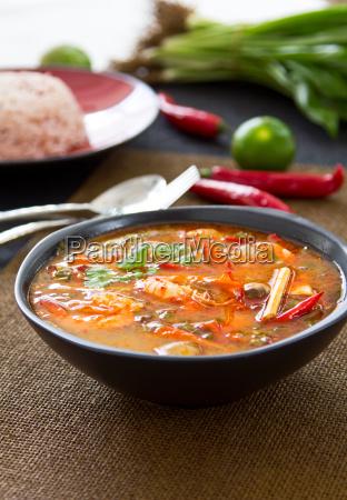 thai sour und wuerzige garnelensuppe tomyum