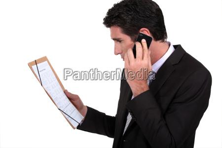 geschaeftsmann am telefon im gespraech mit