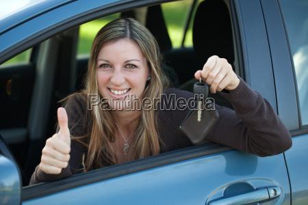 autofahrerin showing the car key
