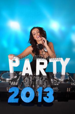 lebhaftes dj mit party 2013 im