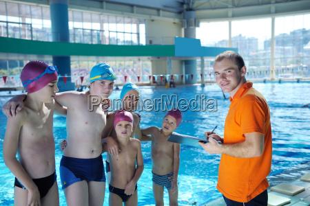 glueckliche kindergruppe am schwimmbad