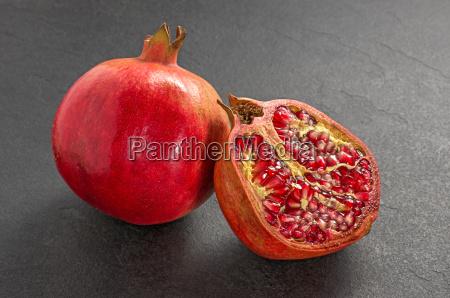 granatapfel auf einer schieferplatte