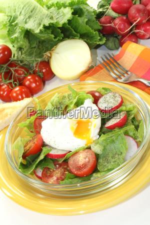 salat mit pochiertem ei und tomaten