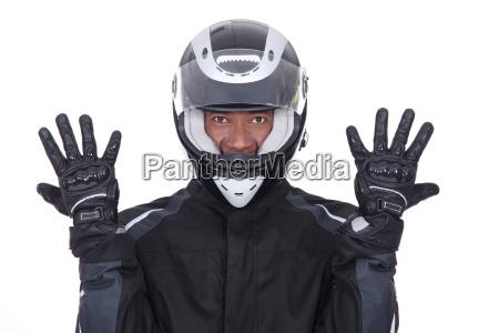 motorcyclist tragen schwarze jacke handschuhe und