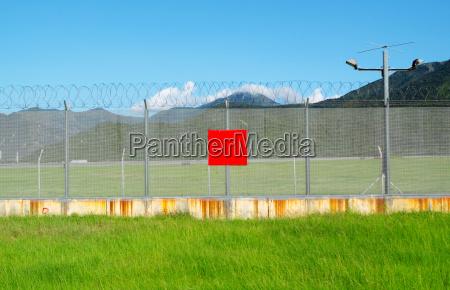 metall einzaeunung zaun einzaeunen flugplatz flughafen