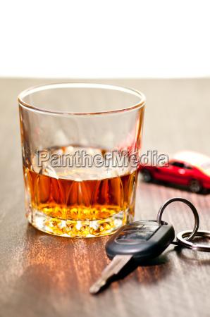 whiskey ordentlich mit einem autoschluessel angibt