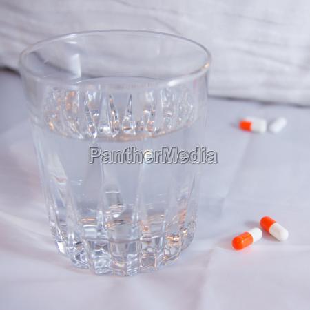 tabletten mit wasserglas