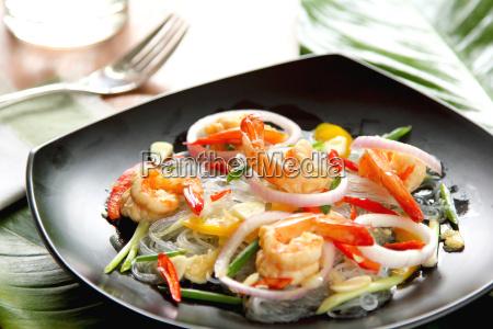 sauer wuerziger vermicelli salat mit garnelen