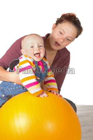 lachendes baby das uebungen tut