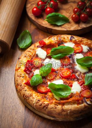 pizza mit salami und mozzarella