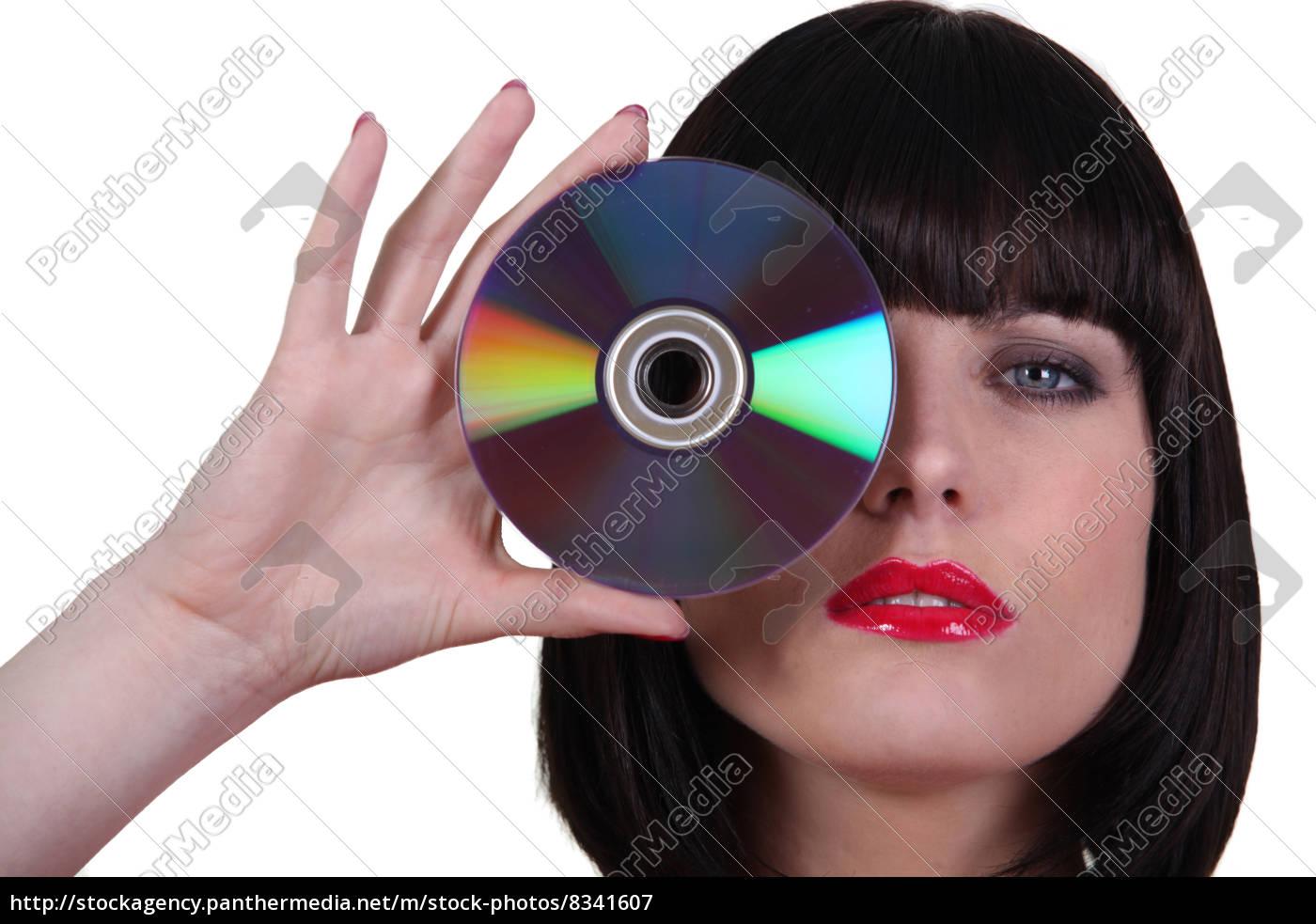 frau, die, eine, cd, zu, ihrem, auge - 8341607