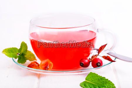frischer roter tee aus hagebutten vor