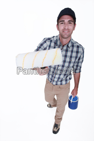 mann mit sauberer farbwalze