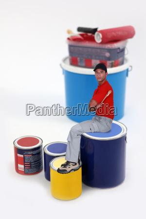 maler der auf lackdose sitzt