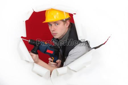 handwerker halten einen bohrer und brechen