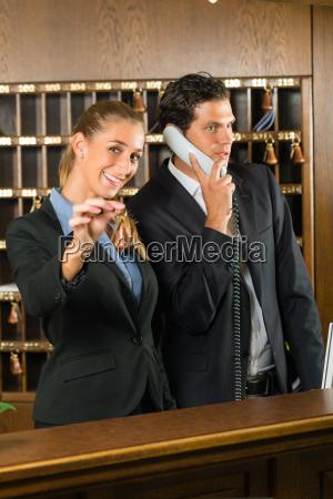 rezeption im hotel rezeptionistin