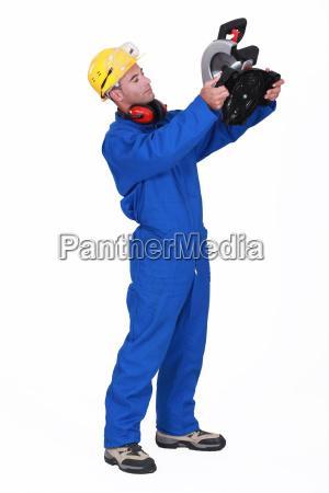 handwerker mit schneidemaschine