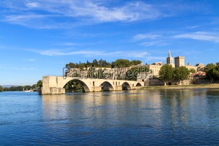 avignonbruecke mit paepstpalast pont saint benezet