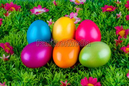 bemalte bunte eier fuer ostern auf