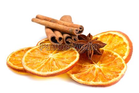 zimtstangen sternanis und getrocknete orangenschnitte