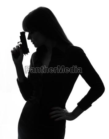 mujer detective sexy sosteniendo la silueta