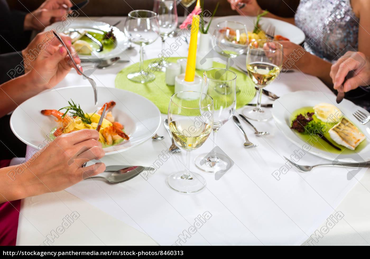 leute, essen, in, restaurant, oder, hotel - 8460313
