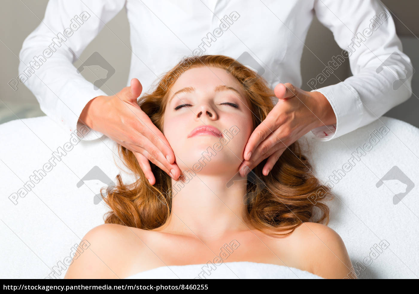 Spa wellness frau  Wellness - Frau erhält Kopfmassage in Spa - Stockfoto - #8460255 ...