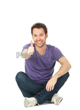 junger mann sitzt