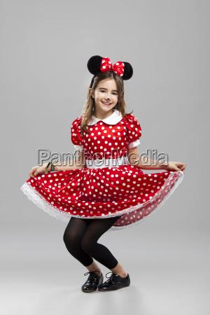 kleines maedchen mit einem karneval custome