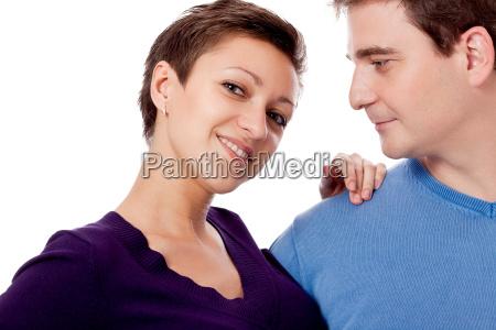 junges paar in verliebter umarmung mit