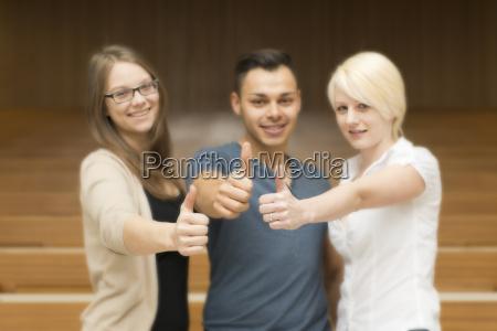 drei studenten zeigen alles ok
