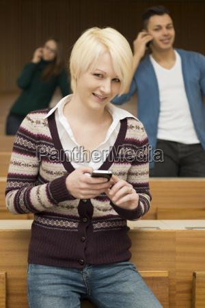 studenten kommunizieren mit ihren handys