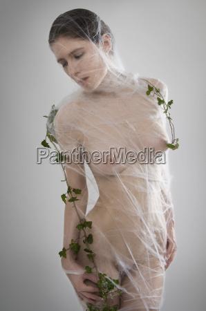 weiblicher akt mit spinnennetz umwickelt