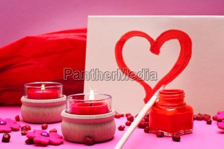 romantischer altrosa roter hintergrund mit kerzen