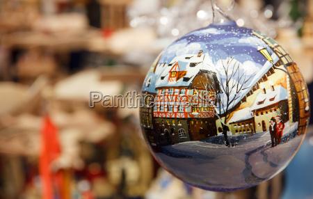 deutsches weihnachtsdorf in einem weihnachtsschmuck
