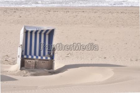 versandeter strandkorb
