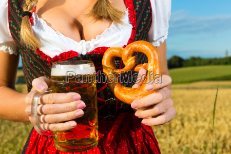 weiblicher koerper ohne kopf mit bier