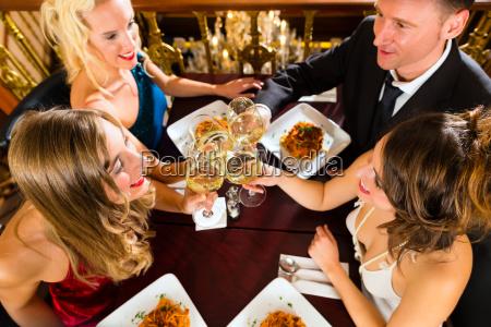 freunde in einem sehr guten restaurant