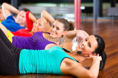 gruppe beim stretching in fitnessstudio