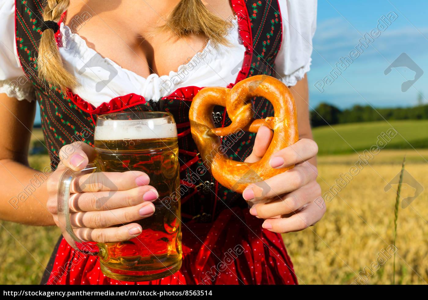Weiblicher Körper ohne Kopf mit Bier und Brezel - Stock Photo ...