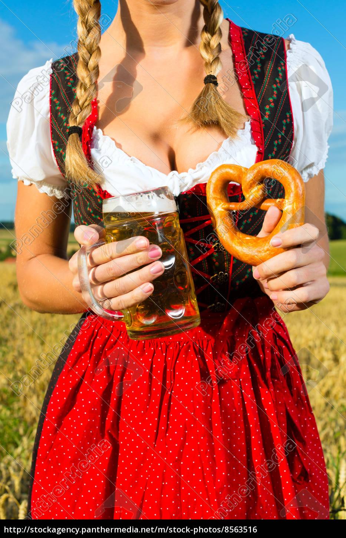 Weiblicher Körper ohne Kopf mit Bier und Brezel - Lizenzfreies Foto ...