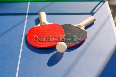 tischtennis tischtennis zwei paddel und weisse