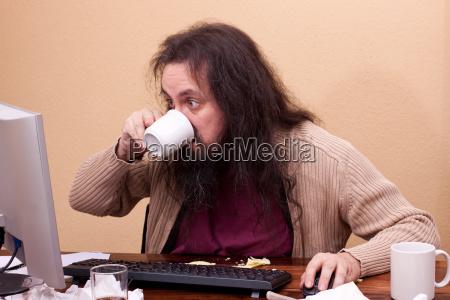 nerd schaut konzentriert auf monitor und